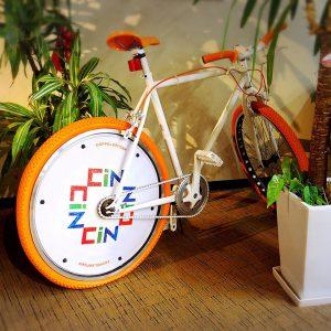 社内に謎の自転車…?
